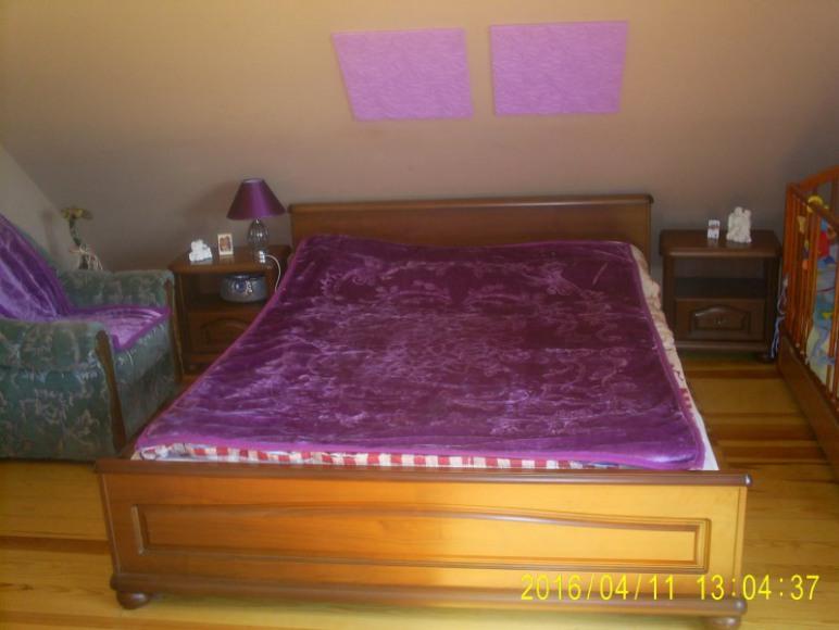 łóżko w pokoju czekoladowym
