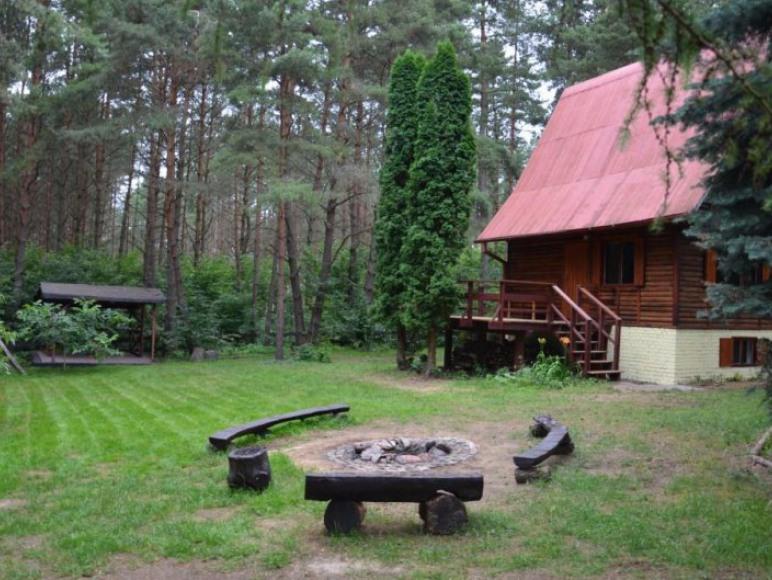 Widok domku w Miłukach ze strony wjazdu