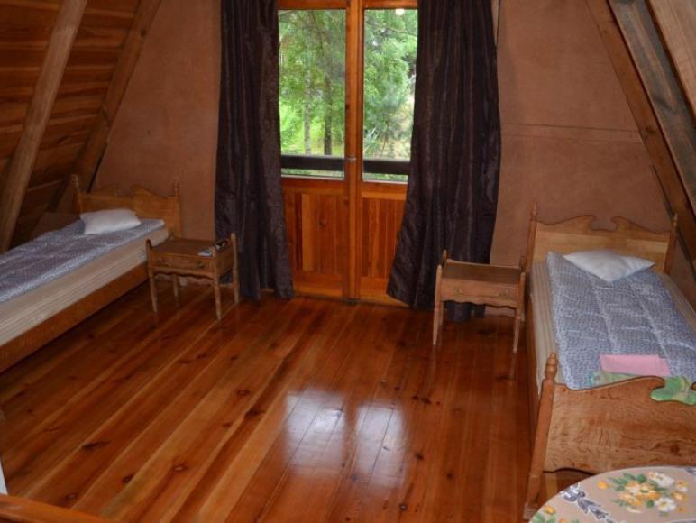Sypialnia z dwoma łóżkami pojedynczymi.