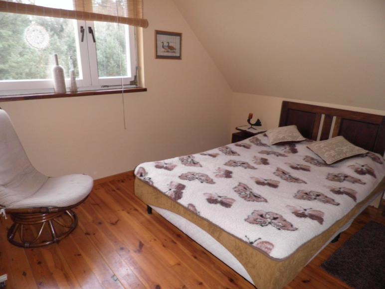 sypialnia z łóżkiem małżeńskim