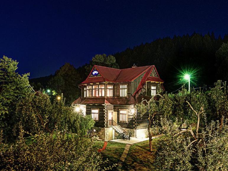 Willa Świt nocą widok z ogrodu