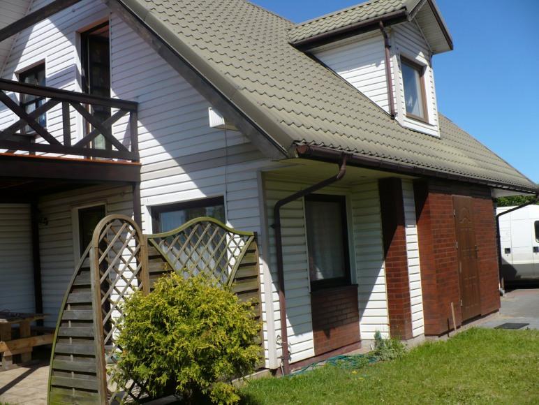 Dom z tarasem lub balkonem