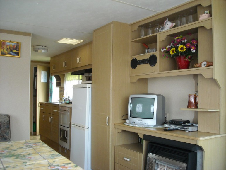 domek domek- widok z salonu na kuchnię