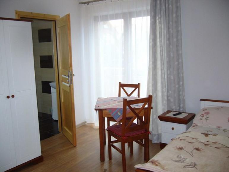 pokój dwuosobowy z balkonem w nowym domu