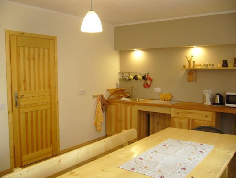 kuchnia w nowym domu i wejście do pokoju