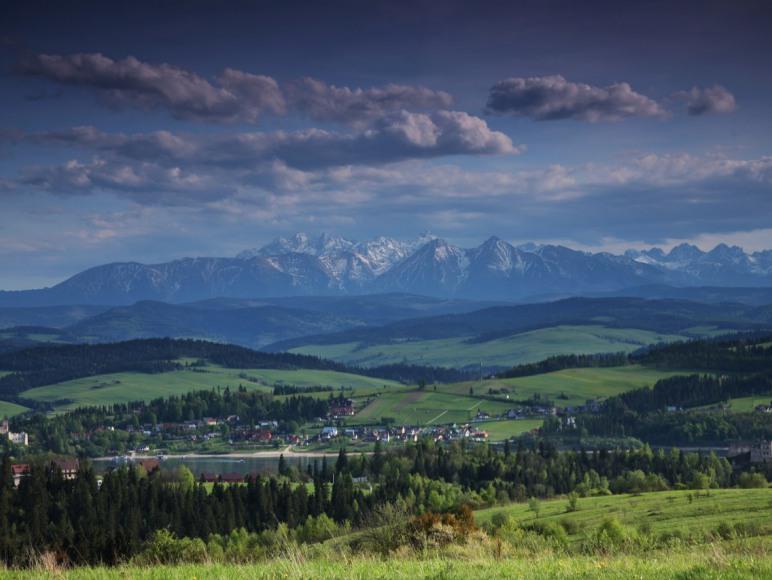 Widok na góry i jezioro