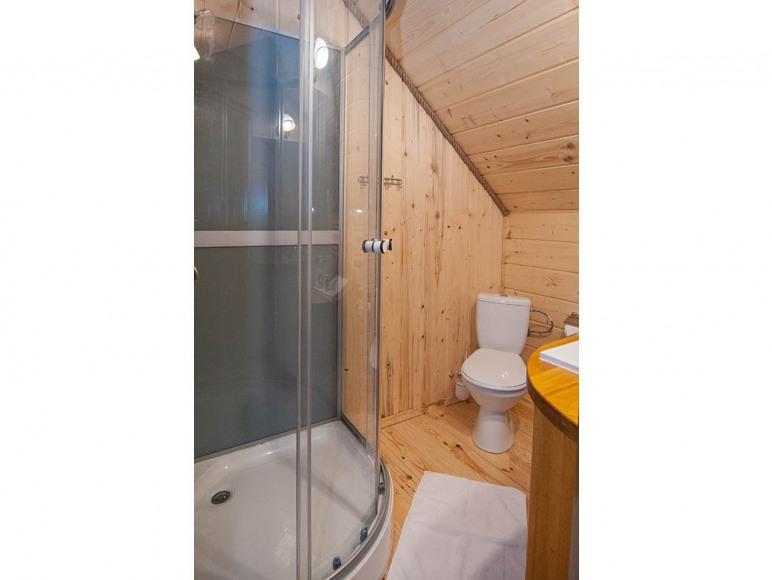 W łazienkach też sporo drewnianych wykończeń