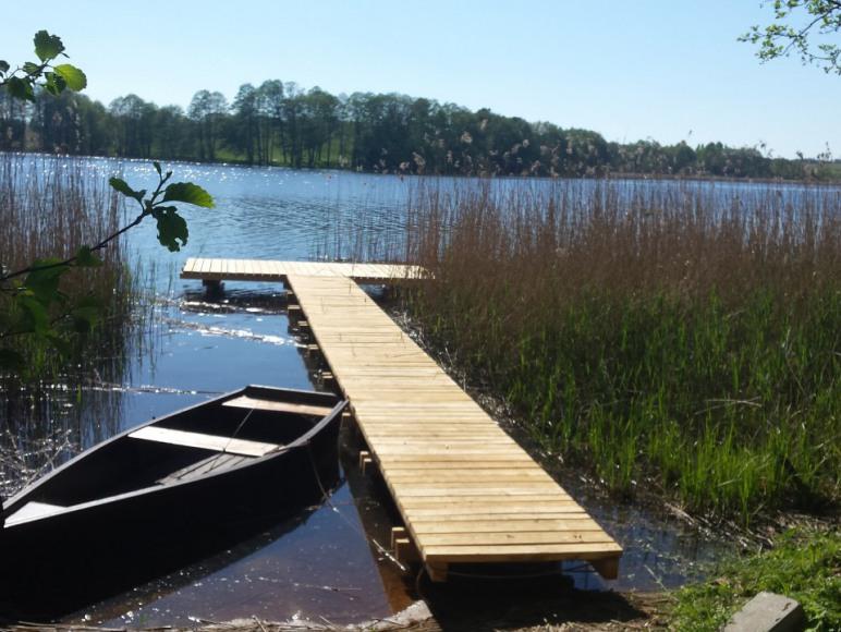 nowy pomost i łódź wiosłowa