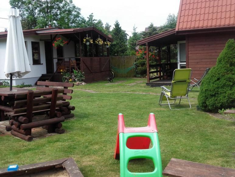 2 domki w ogrodzie.
