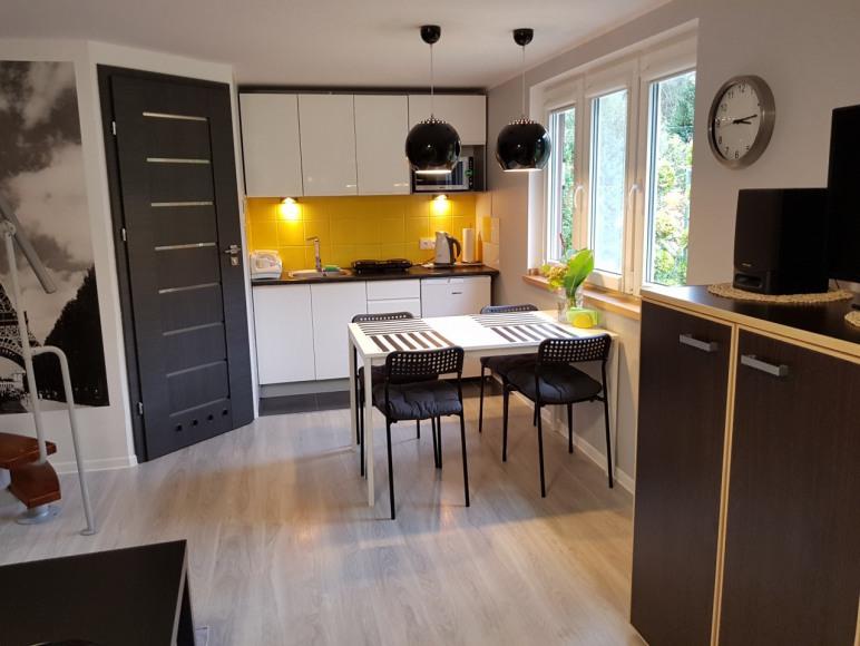 Brązowy domek - salon z aneksem kuchennym.