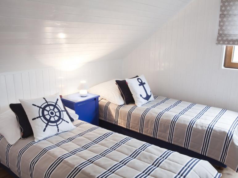 Sypialnia z 3 łóżkami na piętrze