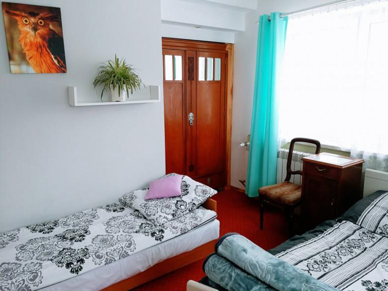 Pokój nr 8- Pomarańczowa Sowa. Trzyosobowy, z łazienką, lodówką, TV Sat