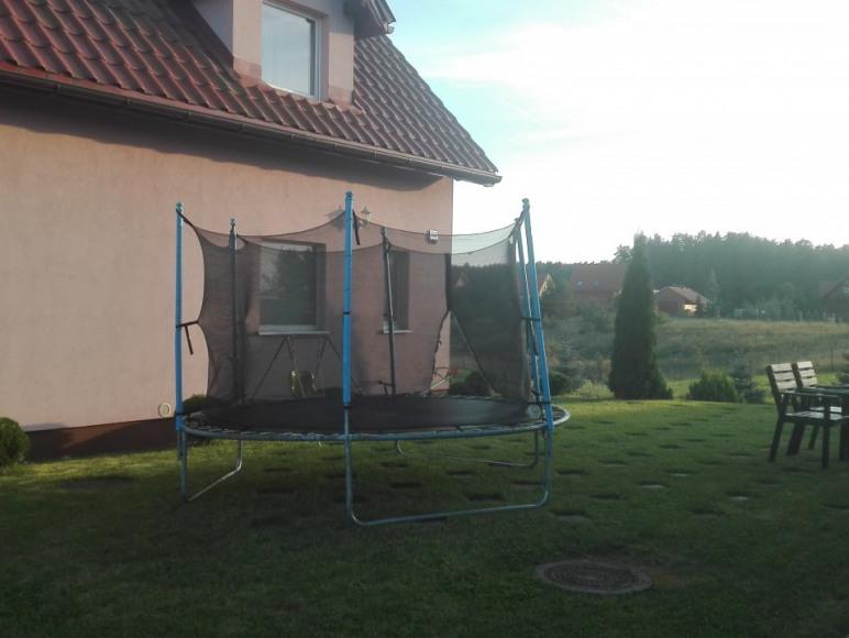 duża trampolina między domami