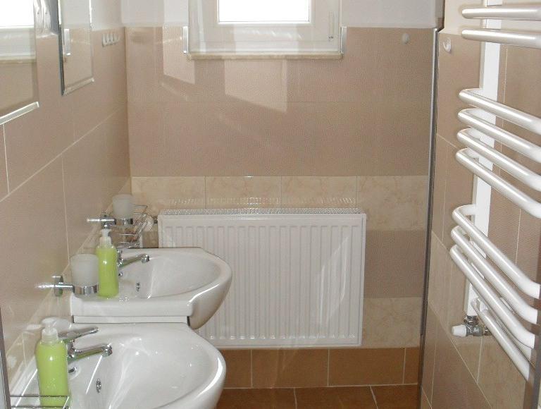 Łazienka wspólna przynależąca do pokoju 4 - osobowego