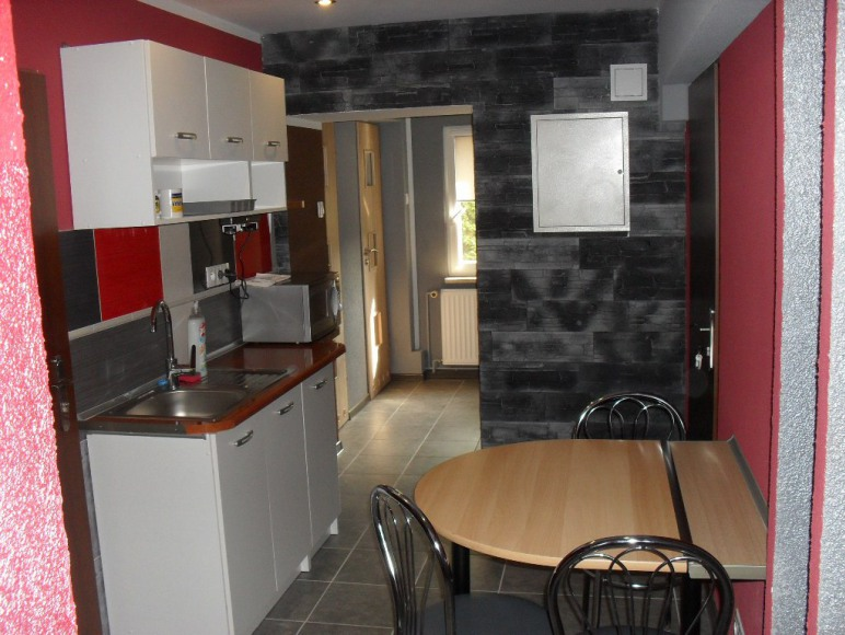 kuchnia przynależąca do pokoju 4 - osobowego
