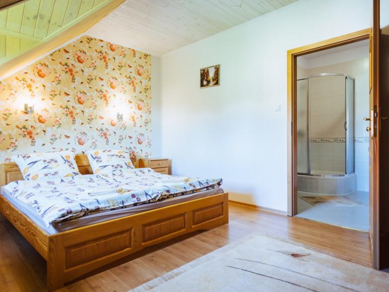 Budynek I - Pokój z łóżkiem małżeńskim oraz z łazienką i TV.