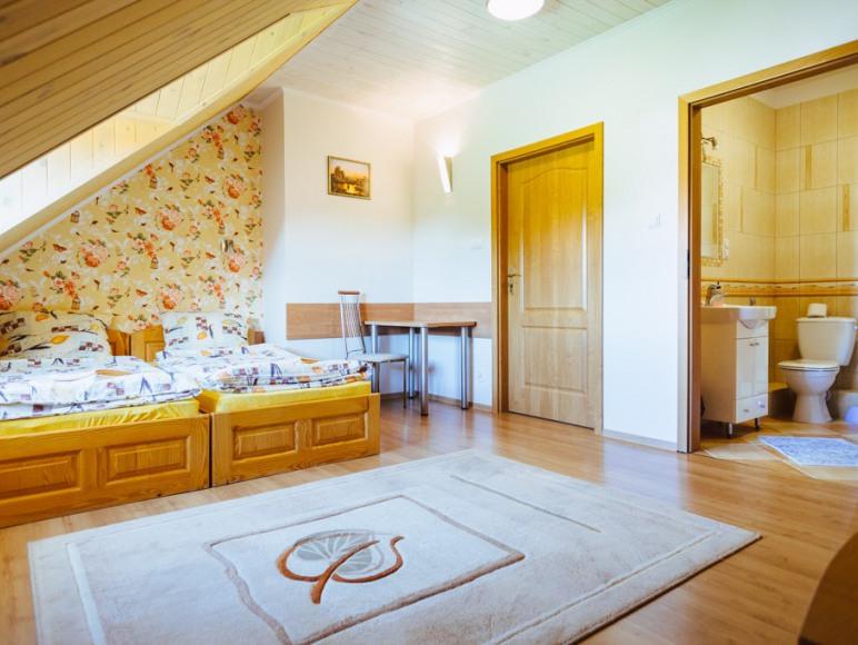 Budynke I - Pokój z dwoma łóżkami oraz łazienką i TV.