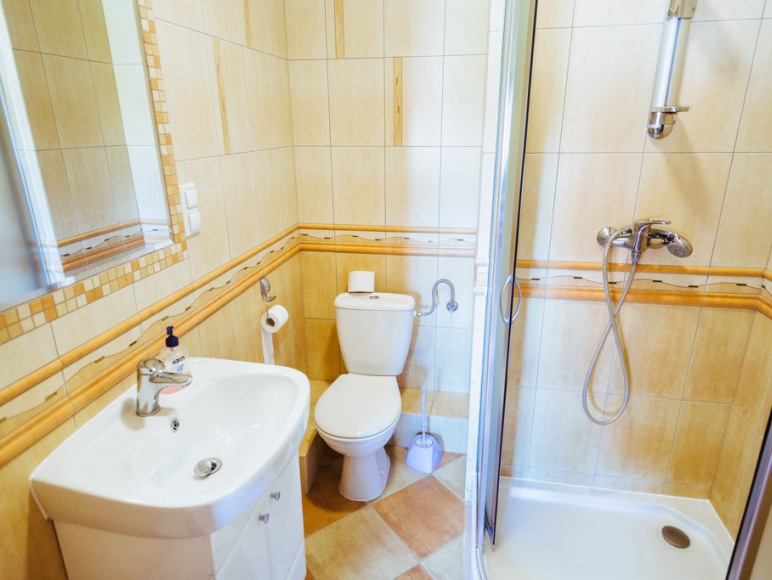 Budynek I - przykładowa łazienka w pokoju.