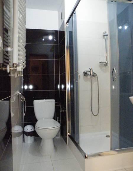łazienka przy pokoju 4 osobowym