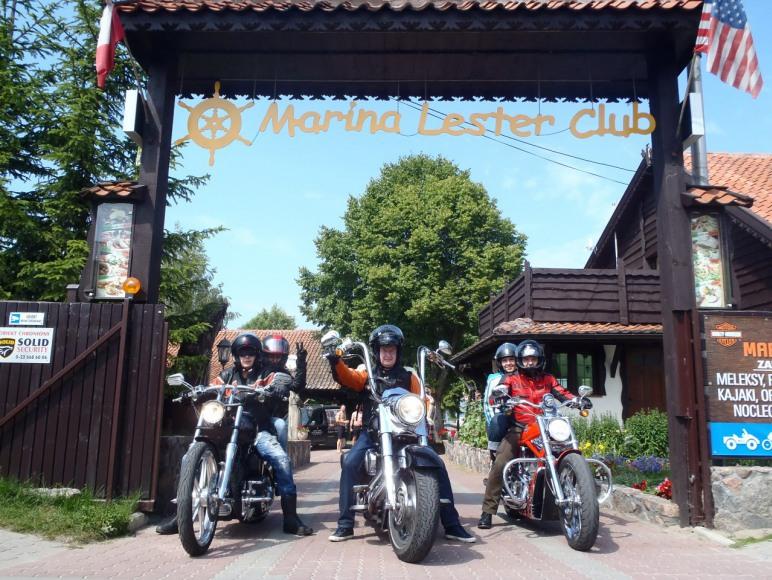 Harleyowcy w bramie wjazdowej