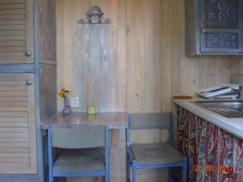 pokój z kuchnia w drewnianym domku