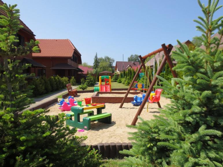plac zabaw przy domkach typu-C