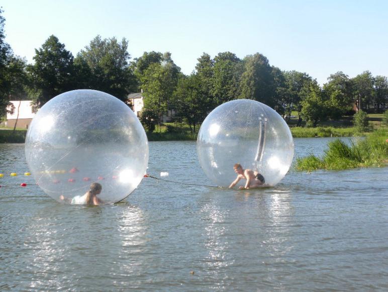 Chodzenie po wodzie w piłkach.