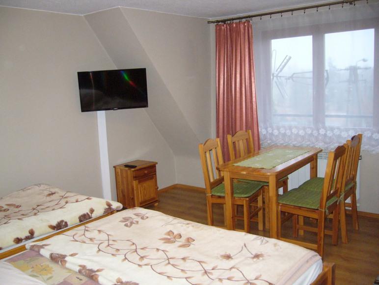 pokój czteroosobowy z balkonem w domu rodzinnym