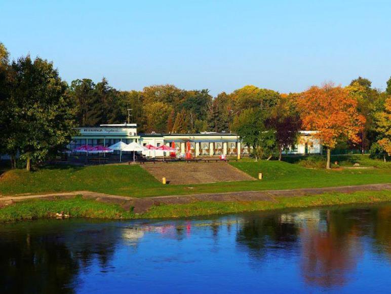 Widok na restauracje z mostu wiszącego.