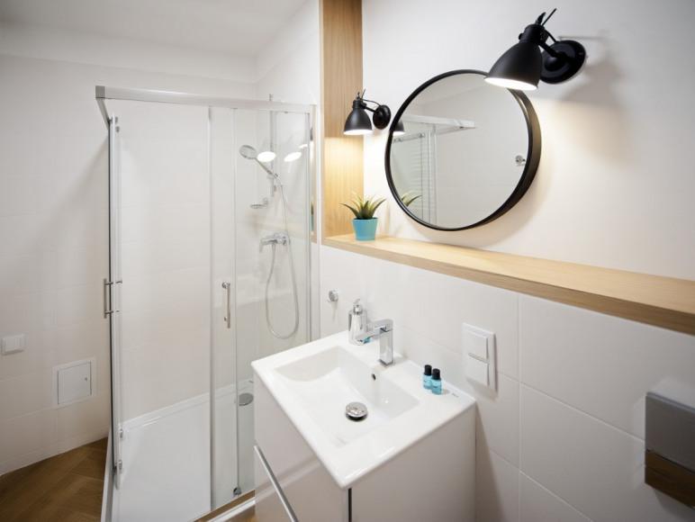 Apartamenty Targowe Jeżyce - łazienka, kuchnia, TV