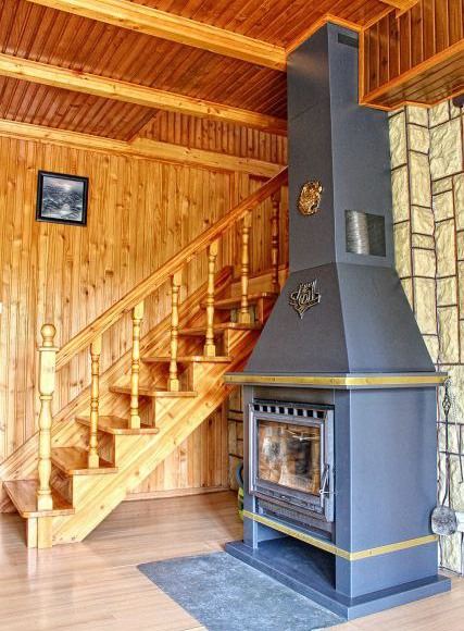 salon - kominek i schody na górę do dwóch sypialni
