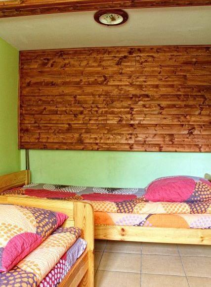 sypialnia na parterze z dwoma łóżkami