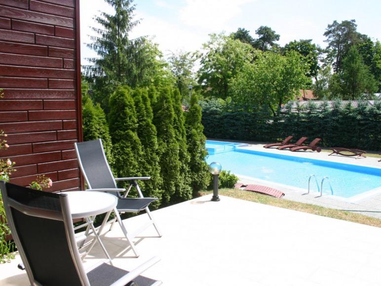 Dwupokojowy apartament z tarasem, przy basenie