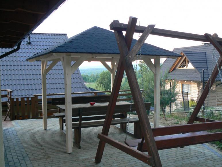 ławki przy domku górnym- zdjęcie wykonano w 2018r.