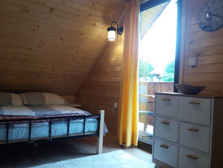 Sypialnia mała z balkonem