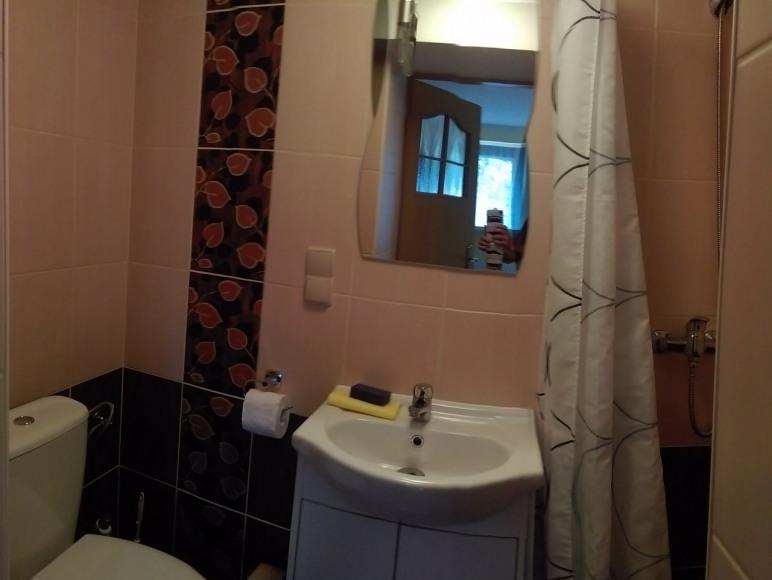 Łazienka w pokoju nr 8.