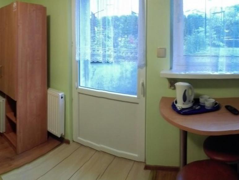 Pokój nr 9 dla dwóch osób. Pokój z tarasem z wyjściem do ogrodu.