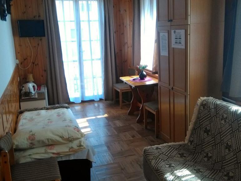 Trzyosobowy pokój nr 1.