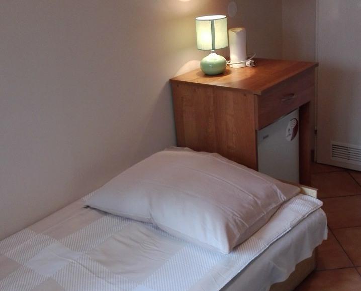 pokój 2 osobowy z łazienką i lodówką Pawilon 2
