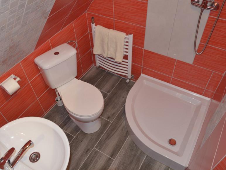 łazien ka na piętrze w domku apartamencie