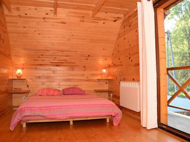 pokój z balkonem i łóżkiem dwuosobowym