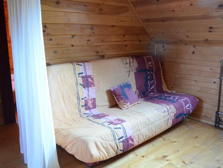 pokój dzienny z kanapą dwuosobowa