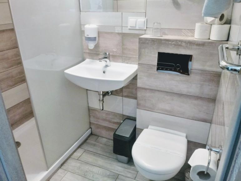 Łazienka w Pokoju Hotelu Miłosz Fitness & SPA