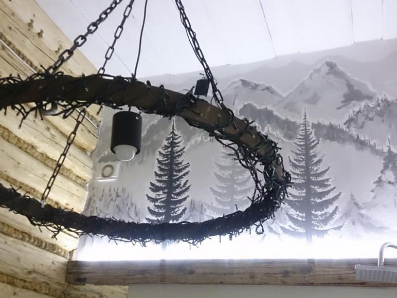 W łazience nad wanną ręcznie malowany mural z pejzażem górskim
