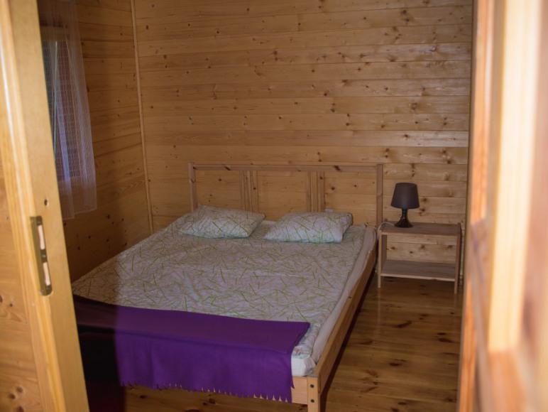 Sypialnia nr 1 z łóżkiem małżeńskim.