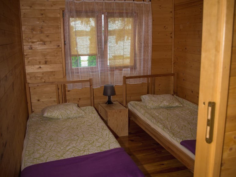 Sypialnia nr 2 z dwoma łóżkami pojedynczymi z możliwością zsunięcia.
