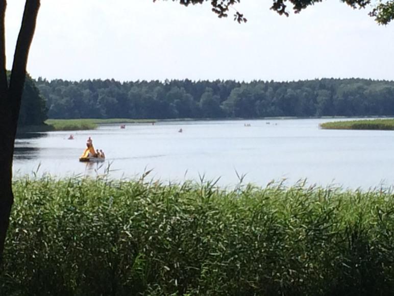 widok na jezioro i nasz rower wodny