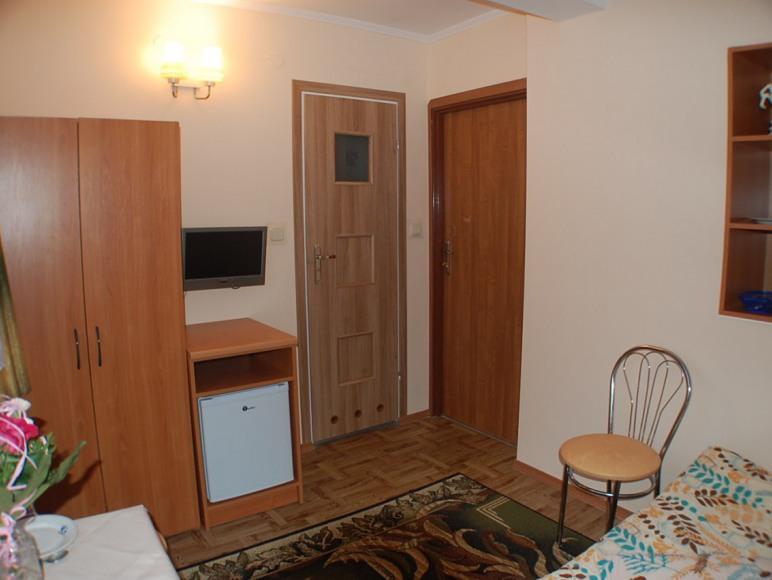 pokój nr 8 z łazienką, TV i lodówką