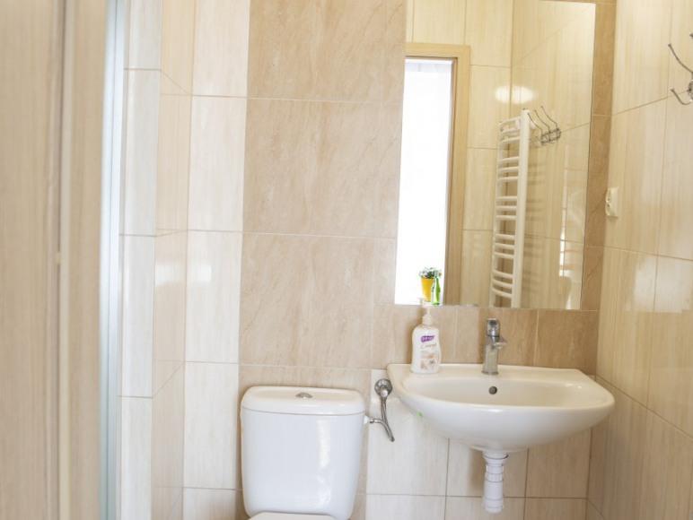 duże łazienki w pokojach