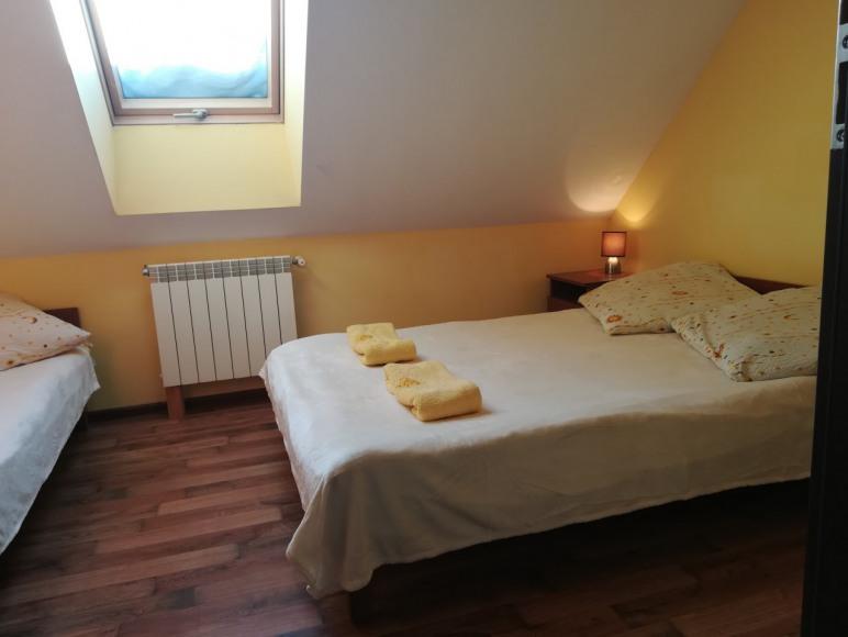 sypialnia 3 osobowa na pietrze w partamencie w blizniaku